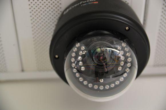 Valvontakamera katonrajassa