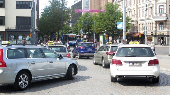 Takseja Tampereen rautatieaseman taksitolpalla