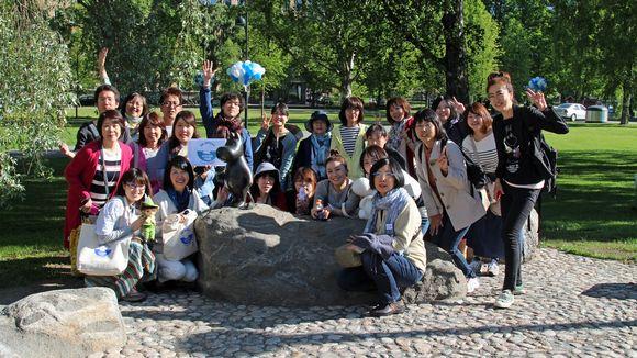 Ensimmäinen japanilaisturistien ryhmä saapui Muumimuseoon heti avajaispäivänä.