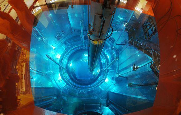 Ydinpolttoainesauvaa upotetaan reaktoriin.