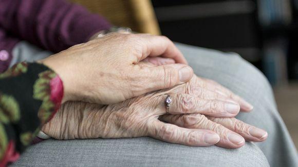 Keski-ikäisen ja vanhan ihmisen kädet.