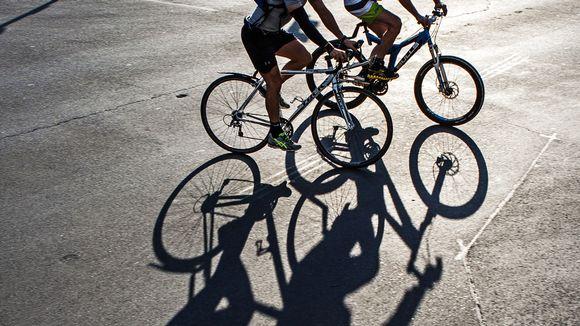 Pyöräilijöitä kadulla.
