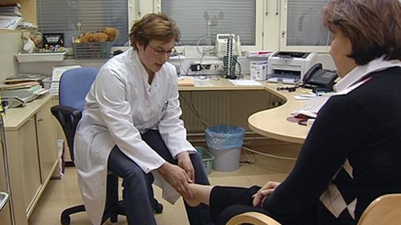 Lääkäri tutkii potilasta.