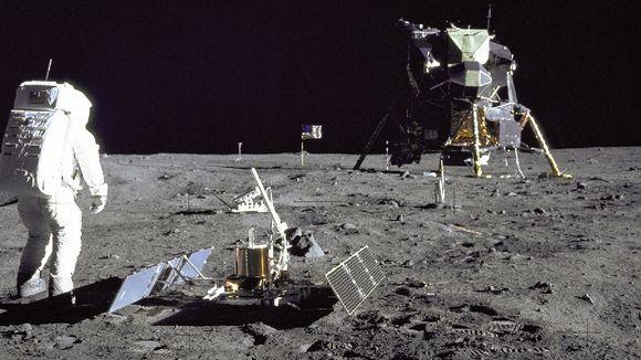 Astronautti, kuumoduuli ja tutkimuslaitteita Kuun pinnalla