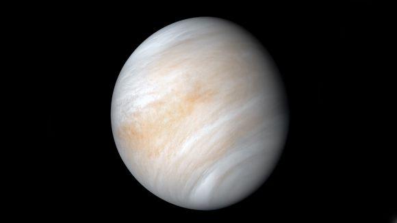 Venus Nasan Mariner 10 -luotaimen kuvaamana helmikuussa 1974. Monet luotaimet ovat kuvanneet naapuriplaneettaamme ohilennoilla ja sen kiertoradalta tuon jälkeenkin, mutta tämä vanha kuva on Jet Propulsion Laboratoryn kuva-asiantuntija Kevin M. Gillin käsittelemänä eräs kauneimmista.