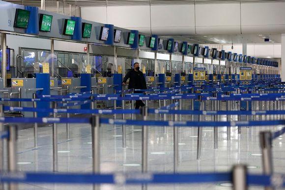 Rivi lentokentän tyhjiä check-in-tiskejä.