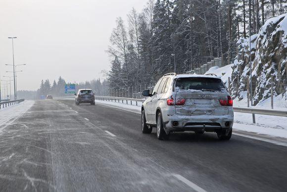 Autoja liikenteessä Kasitiellä.
