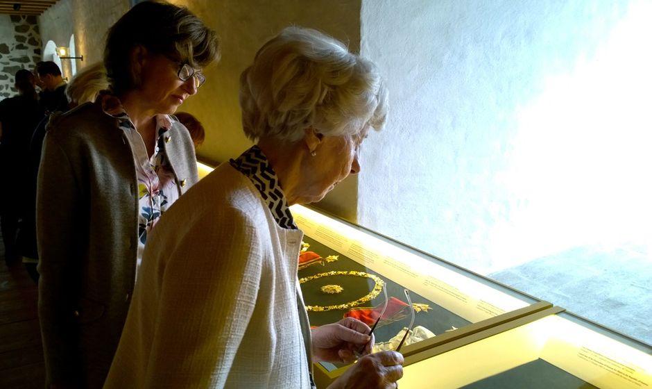 Kunniamerkit toivat muistoja Assi ja Tellervo Koiviston mieleen.