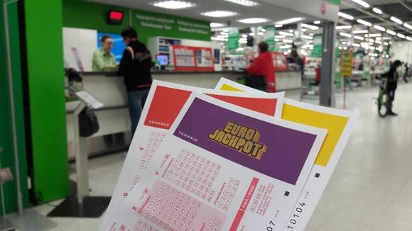 Eurojackpot-kuponkeja Loimaan Prismassa.