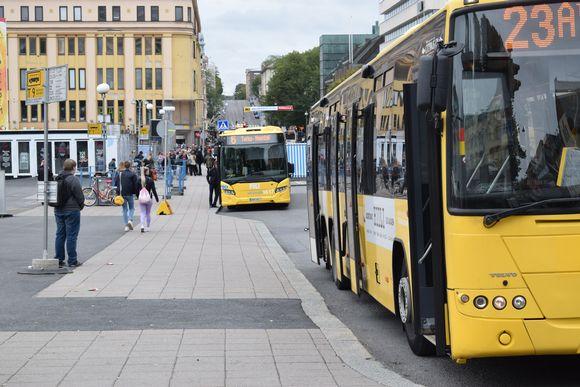 Busseja Turun kauppatorin laidalla.