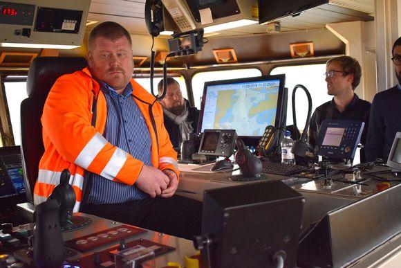 Maantielautta Falcon komentosillalla päällikkö Matti Pöyli tarkkailee tilannetta.