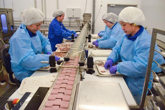 Suomen ainoa sillitehdas työllistää vakituisesti noin 12 työntekijää.