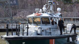 Länsi-Suomen merivartioston valvontavene saapumassa rantaan.