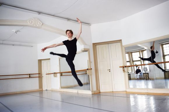 Marko Juusela hyppää harjoitussalissa.