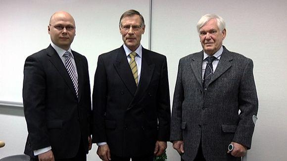 Millennium-tunnuspalkinnon ottivat vastaan Vivoxid-yhtiön toimitusjohtaja Tomi Numminen (vas.), Turun yliopiston emeritusprofessori Antti Yli-Urpo ja Åbo Akademin emeritusprofessori Kaj Karsson.