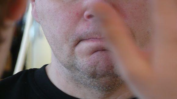 Miehen kiinni oleva suu.