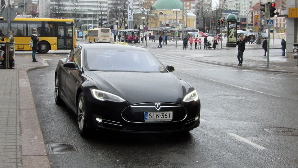 Tesla taxi tantalises in Turku | Yle Uutiset | yle.fi