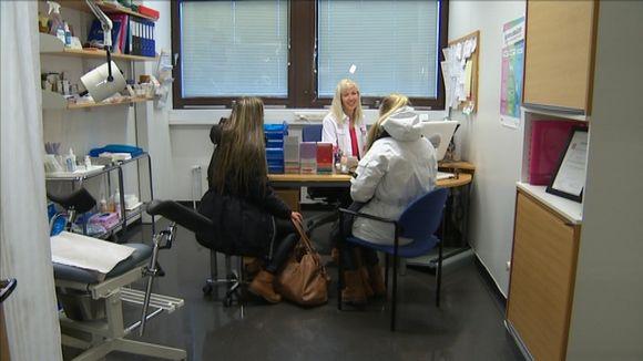 Kaksi tyttöä ehkäisyneuvolassa.