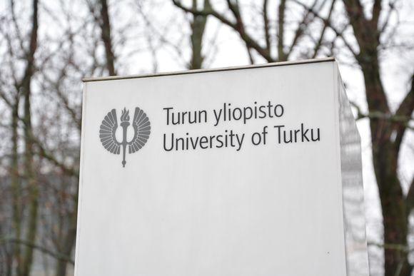 Turun yliopiston kyltti lähikuvassa.