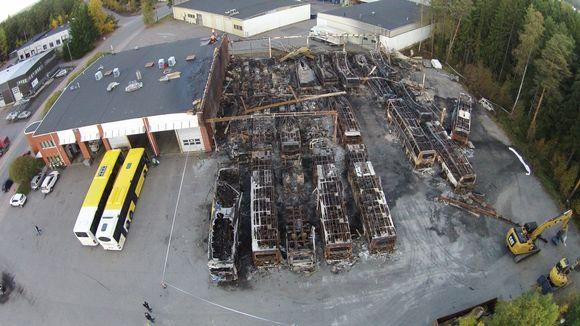 Ilmakuva, jossa palaneita linja-autoja tuhopolton jäljiltä.