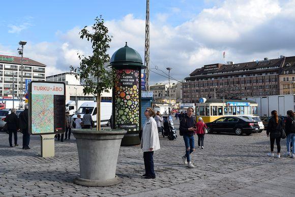 Kauppatorilla on Turun puukotusten muistopuu