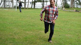 Ruotsalainen EU-parlamentaarikko Carl Schlyter pelasi muiden leiriläisten kanssa jalkapalloa perjantaina.