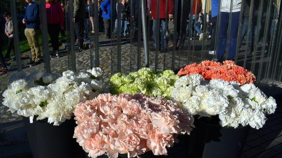 Kaupunkilaisille oli varattu tuhat kukkaa. Myös omia kukkia sai tuoda.