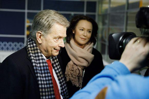 Sauli Niinistö ja Jenni Haukio Munkkivuoren postissa Helsingissä.