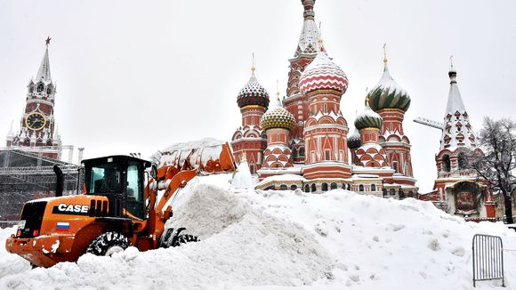 Case-merkkinen puskutraktori työntää lumikasaa Moskovan Punaisella torilla.