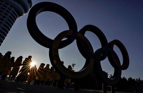 Ihmiset kuvasivat olympiarenkaita Etelä-Korean Gangneungissa 4. helmikuuta.