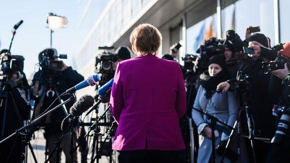 Angela Merkel lehdistön edessä.