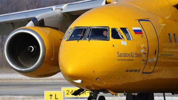 Saratov Airlinesin kone lentokentällä.