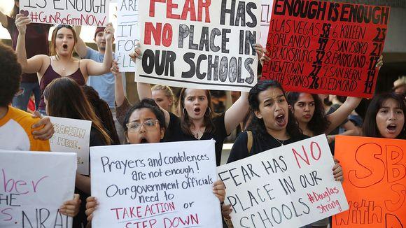 Ihmisiä mielenosoituksessa Fort Lauderdalessa, Floridassa .