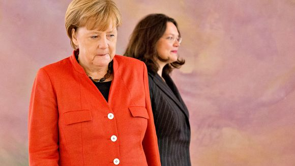 Angela Merkelin takana seisoo SPD:n Andrea Nahles.