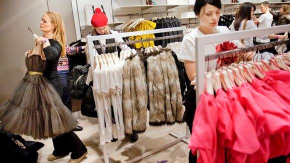 Asiakkaita H&M:n myymälässä Tukholmassa.