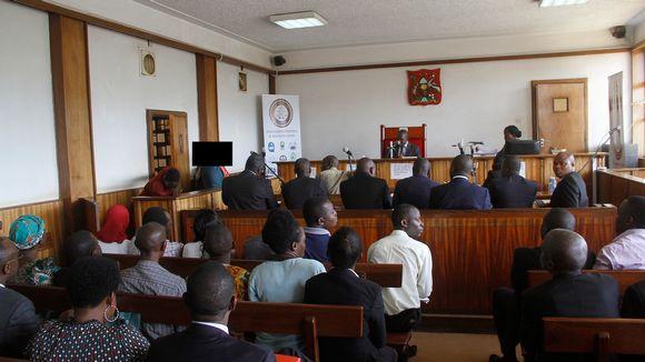 Oikeudenkäynti Buganda road oikeustalolla, Kampalassa.