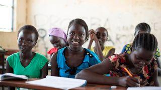 Etelä-Sudanilainen Suzan Sebit luokkatovereineen.