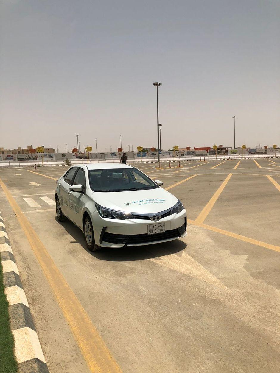 Saudiarabialainen ajokoe, jossa virkailija seisoi auton ulkopuolella.