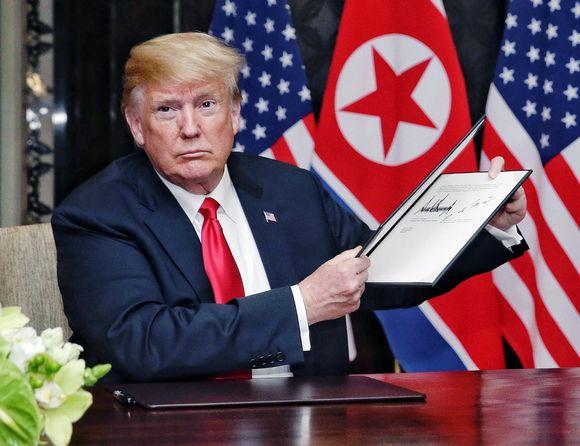 Donald Trump esittelee allekirjoittamaansa asiakirjaa Singaporessa.
