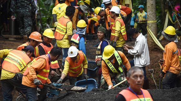 Pelastustyöntekijät rakentavat tietä Tham Luang -luolalle.