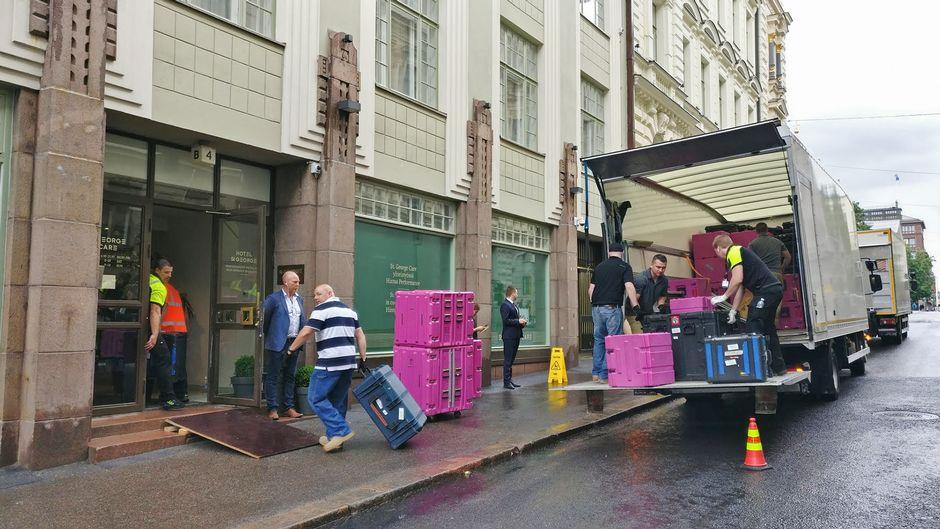 Yhdysvaltain delegaatio purkaa tavaroita.