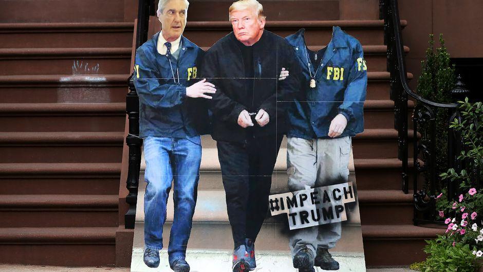 Mielenosoittajia Trump- ja Mueller-naamareissa.