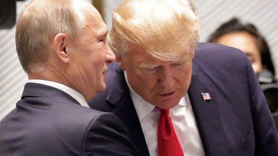 Vladimir Putin ja Donald Trump puhuvat APEC -huippukokouksessa Vietnamissa marraskuussa 2018.