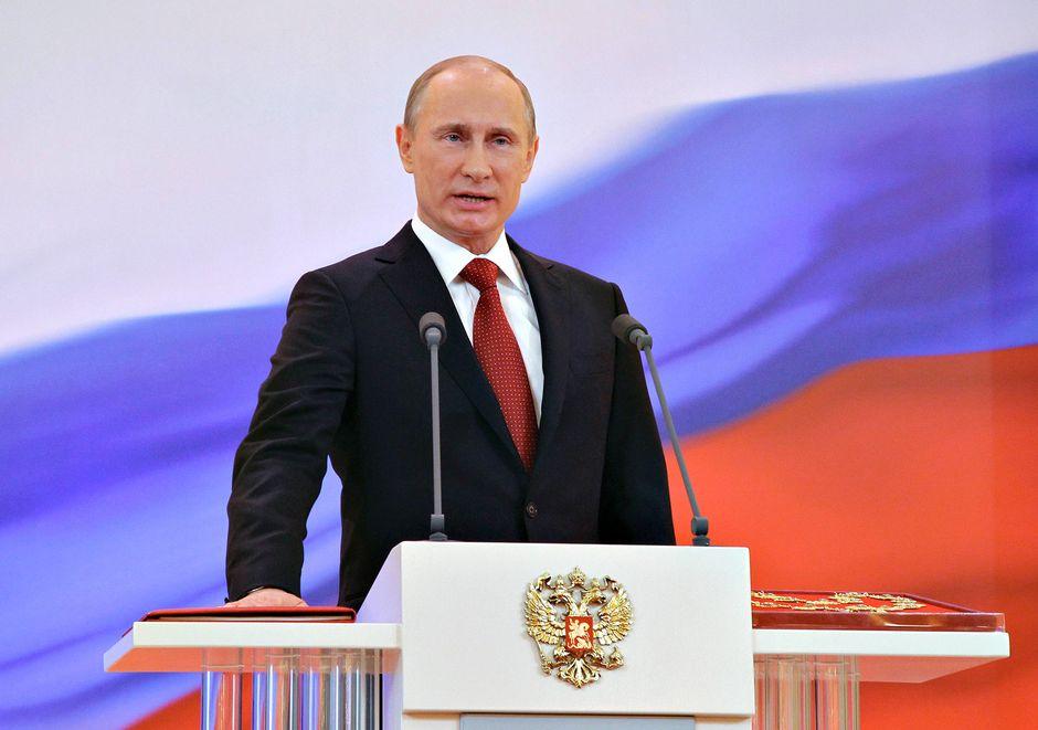 Vladimir Putin puhuu Kremlissä.