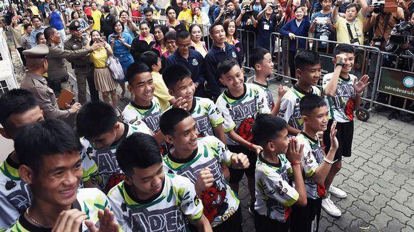 Thaimaalaisen jalkapallojoukkueen pojat tiedotustilaisuudessa Chiang Raissa.