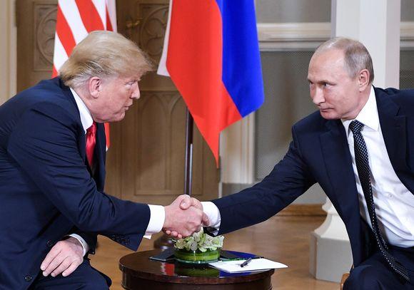 Donald Trump ja Vladimir Putin kättelevät