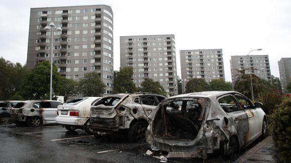 Palaneita autoja parkkipaikalla Göteborgissa.