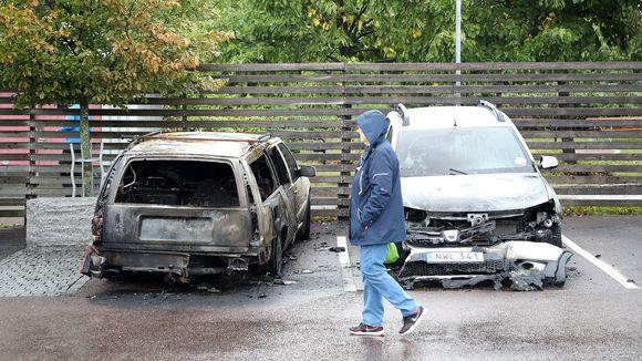 Tuhoutuneita autoja Frölundan torilla Göteborgissa 14. elokuuta