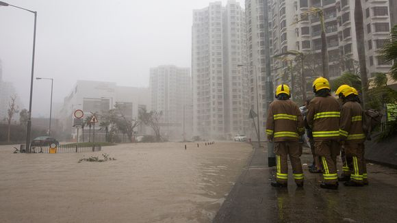 Palomiehiä tulvivalla kadulla Hongkongissa.