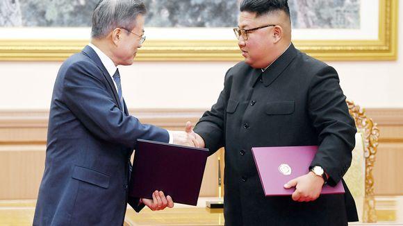 Moon Jae-in ja Kim Jong-un kättelevät Pyongyangissa.